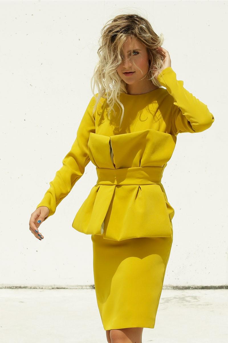 Vestido corto de fiesta amarillo mostaza con lazo para invitada