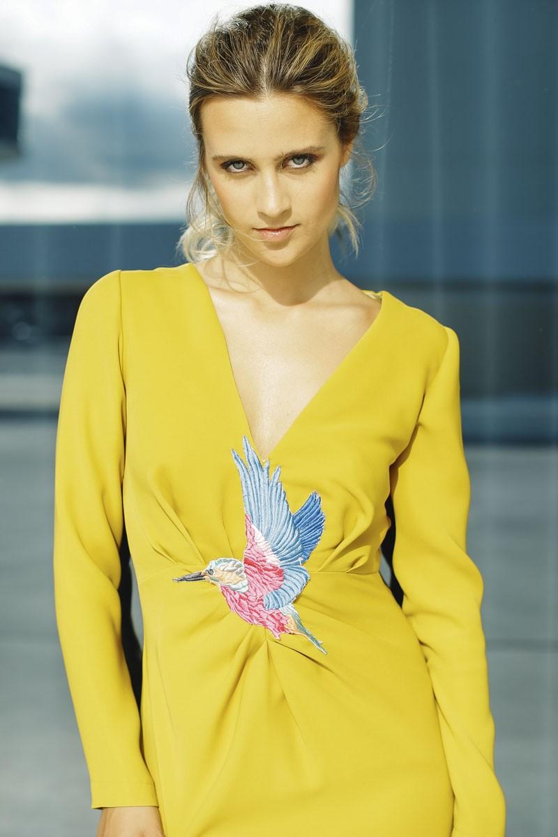 comprar vestido de fiesta largo amarillo mostaza drapeado con pajaro bordado para invitadas bodas eventos de apparentia collection otono invierno