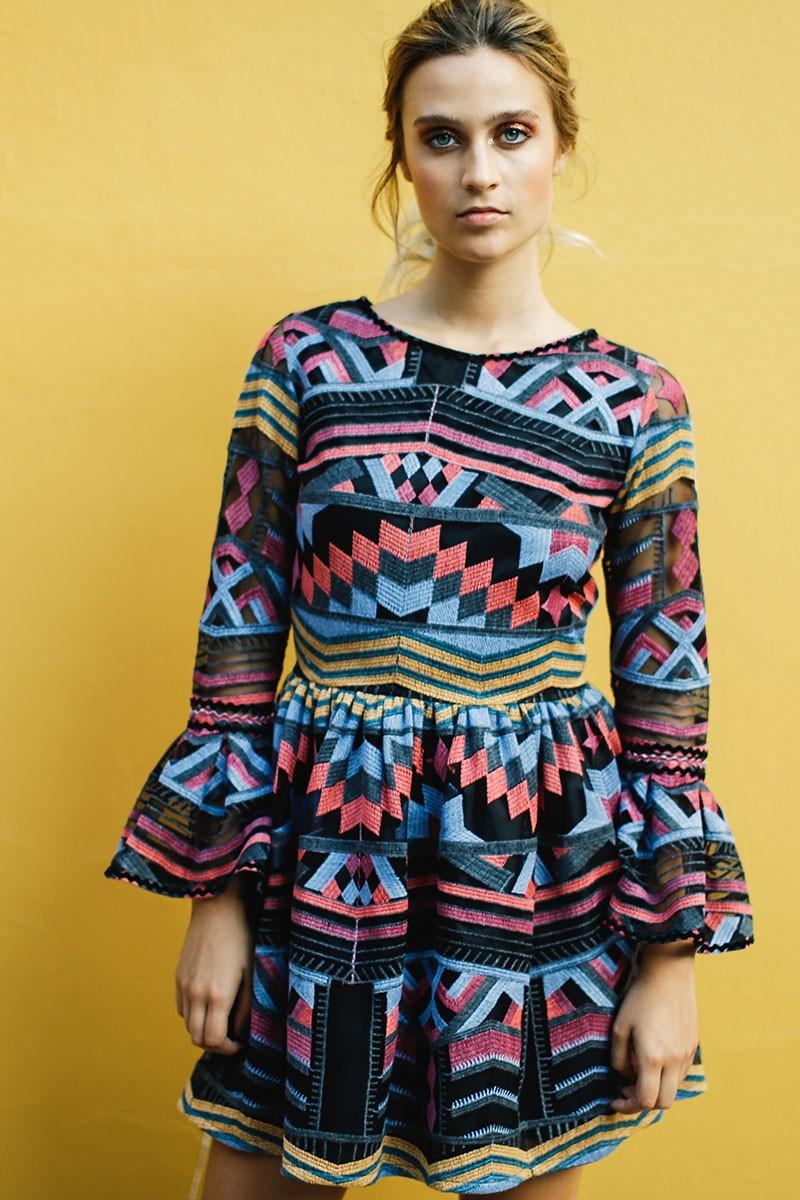 62e9c2bc9 comprar online vestido corto de fiesta con estampado etnico con vuelo y  volantes en las mangas