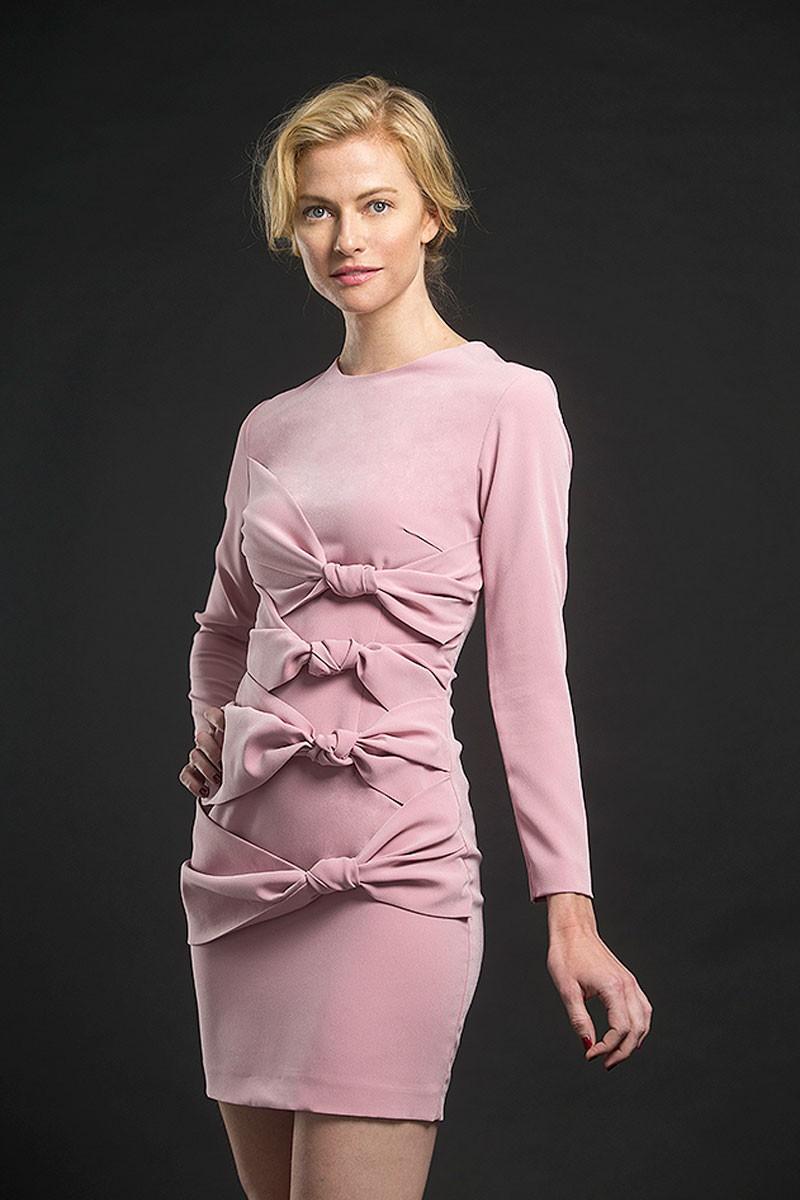 vestido rosa corto con tres nudos