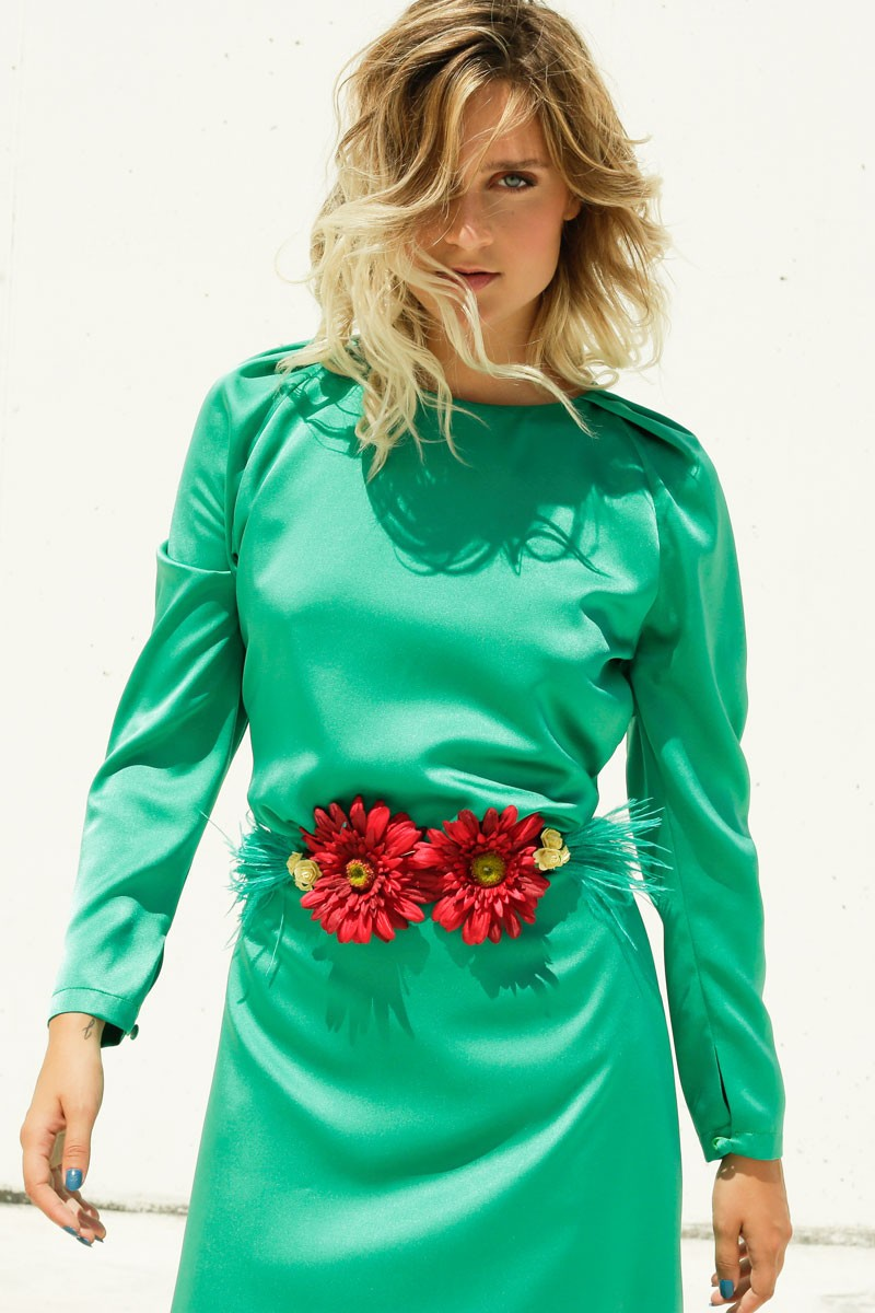 cinturon flores de dos margaritas rojas capullos de rosas en amarillo  plumas marabu verde complemento perfecto a547f87b9f7d