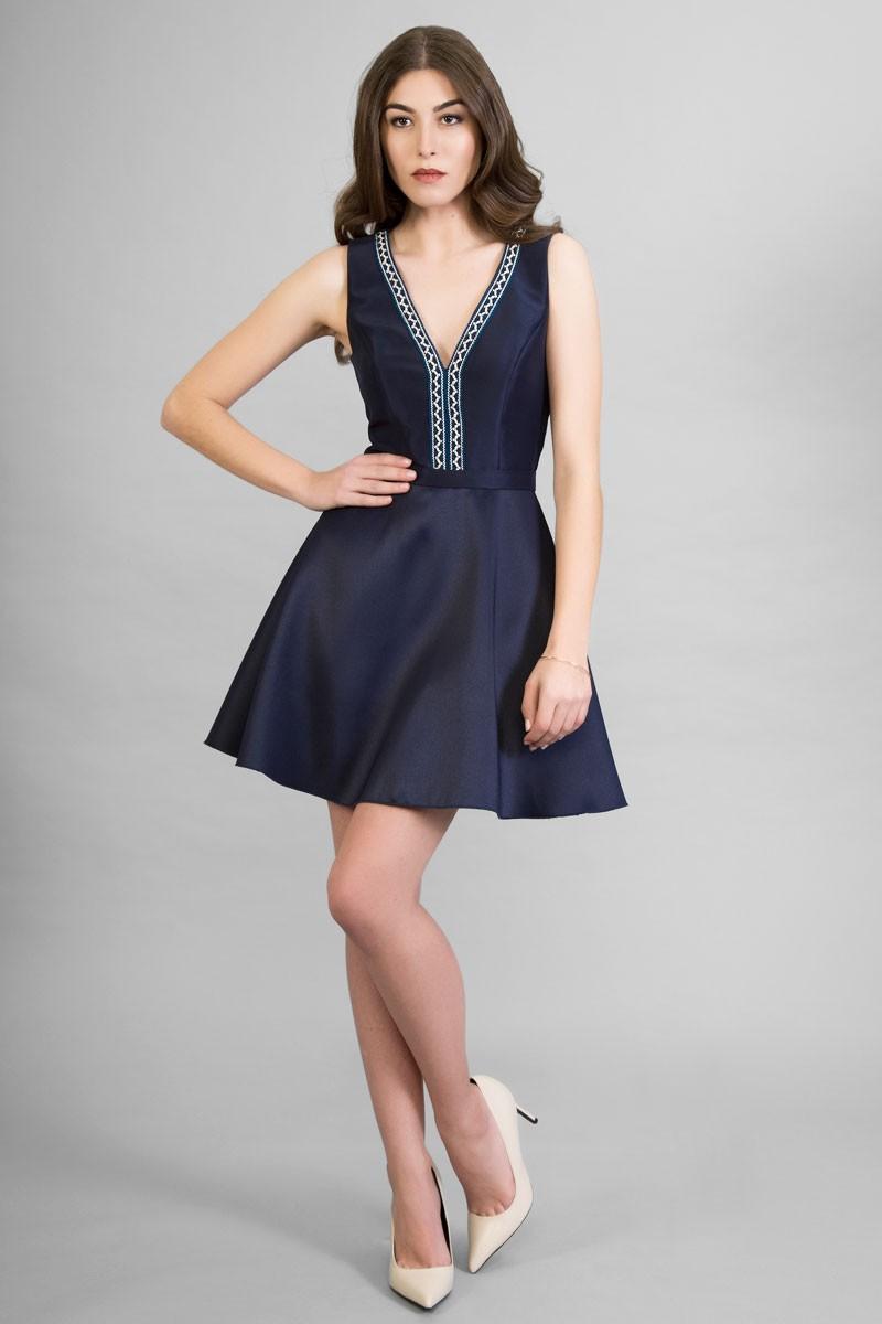 a9a9d9c7c vestido corto en color azul marino o beige con un elegante escote en pico  con bordado