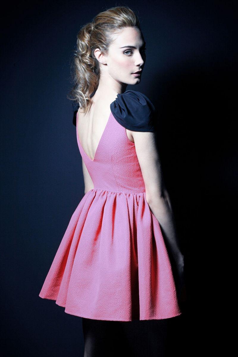 vestido fiesta rosa fucsia corto de vuelo con alas y escote en la