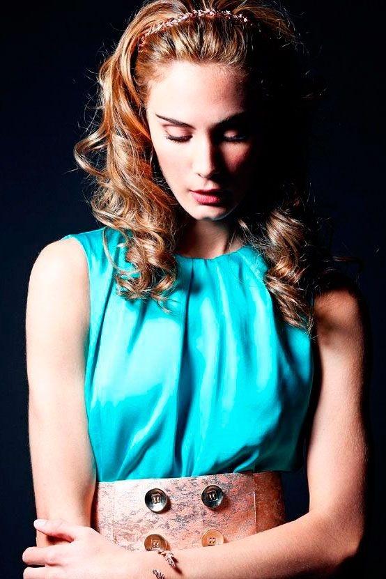 vestido de fiesta largo azul verdeagua con caida y cinturón