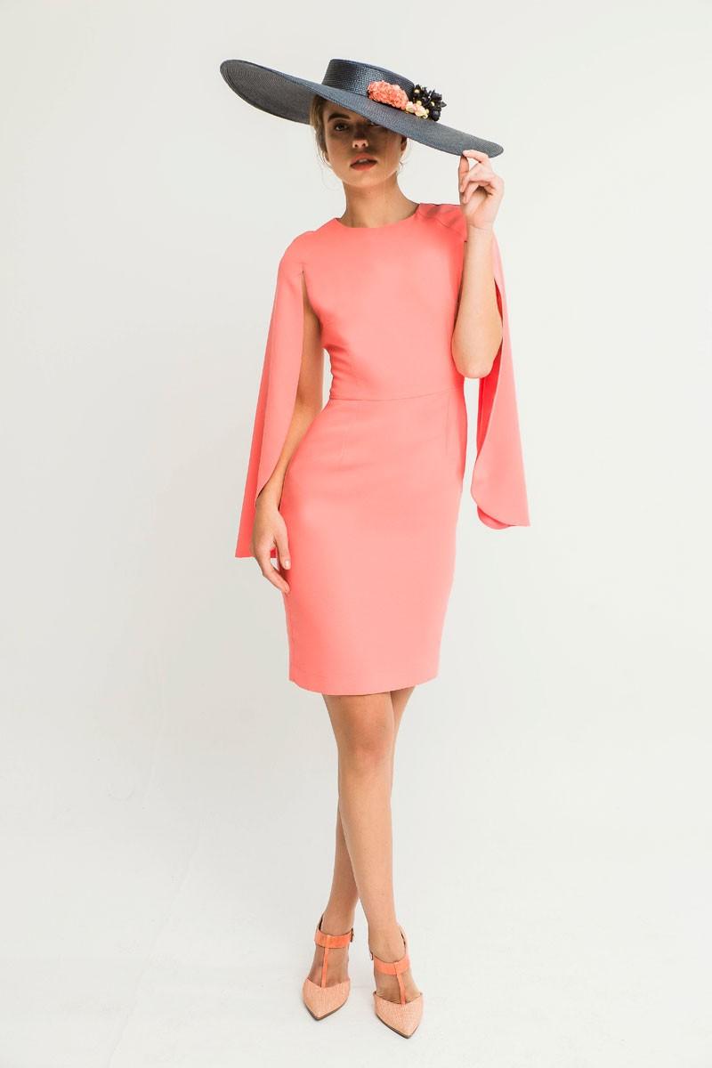 Vestido corto crepe coral mangas efecto capa ajustado cintura