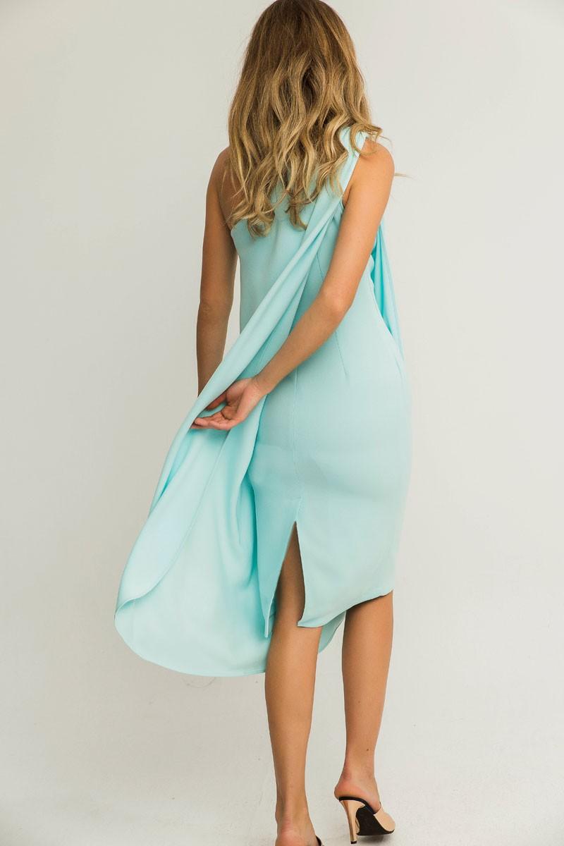 Vestido corto crepe azul claro escote asimetrico efecto capa cenido