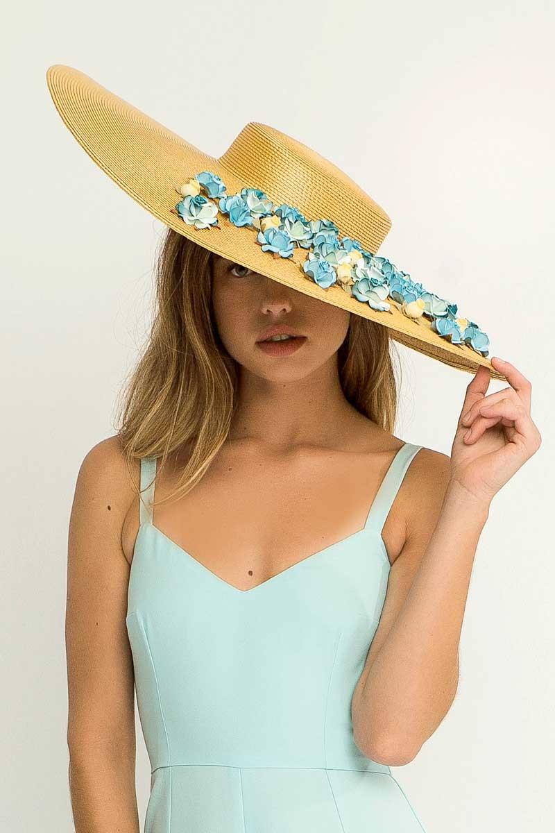 651e3c2330a9e Comprar online complementos para bodas como pamela rafia dorada con flores  azules y amarillo pastel para