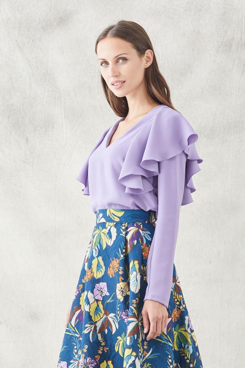 8e3dd9ddad592 comprar online blusa lila confeccionada en crepecon manga larga y volantes  en los hombres precioso escote