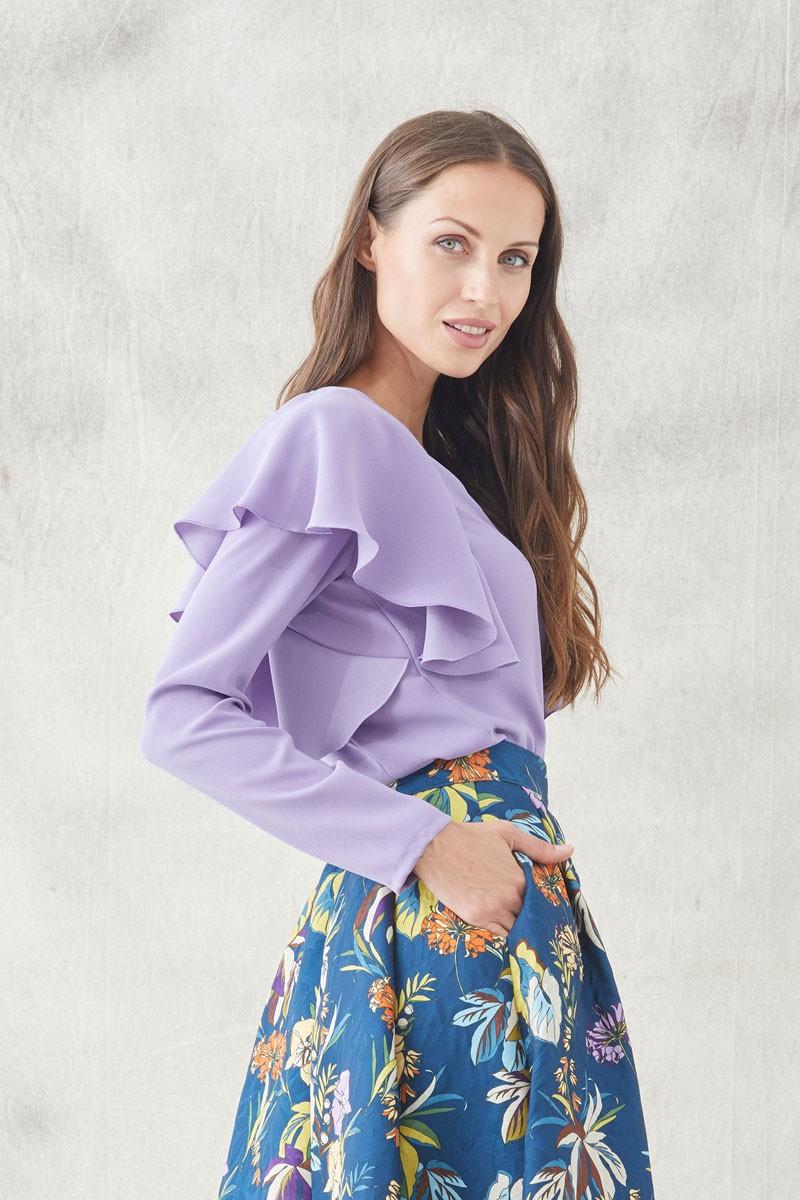 blusa lily con escote en pico y volante en hombro de manga larga