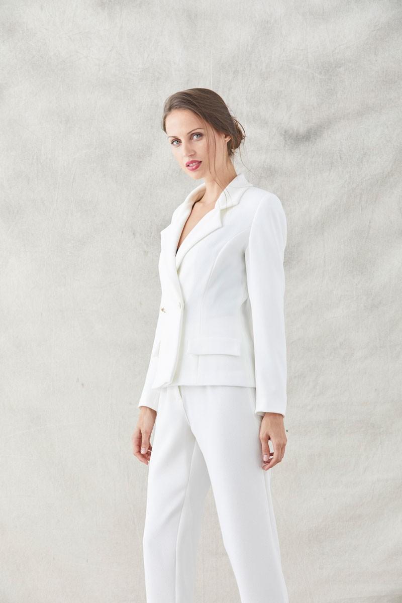 traje chaqueta pantalon crepe rizado blanco con bordados de