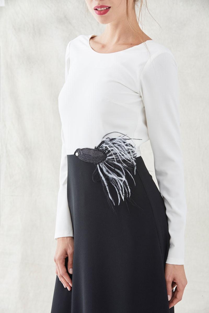 62b867570 vestidos de invitadas de fiesta blanco y negro largo con bordado de pez con  plumas manga