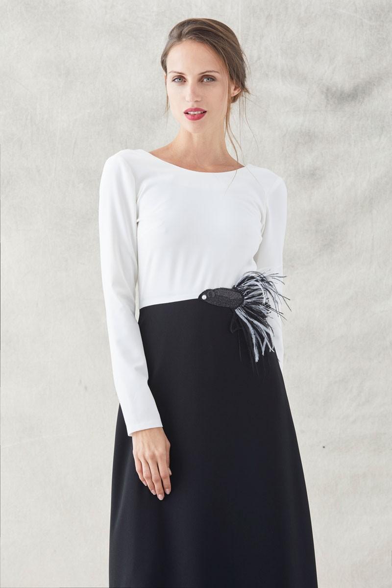 c2a2c033d vestido largo blanco y negro con bordado de pez con plumas manga larga para  invitadas de