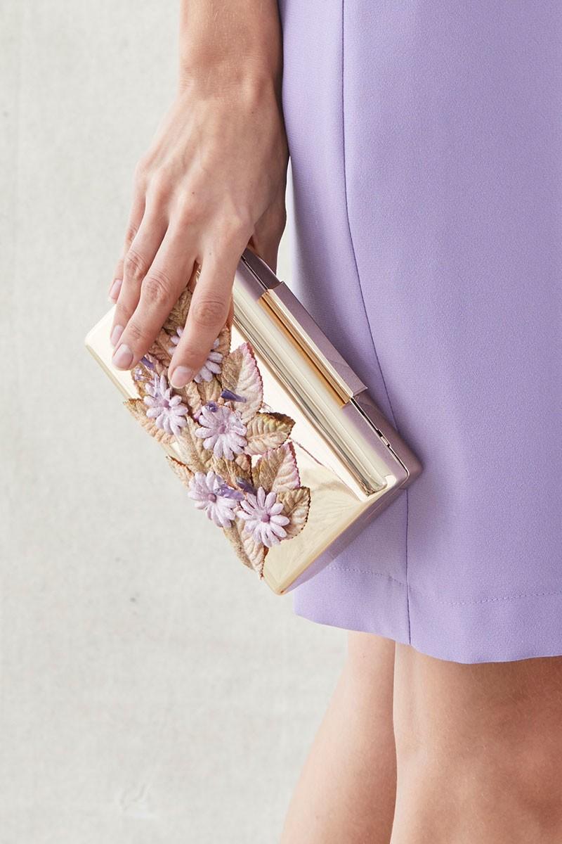 85af04d33bb clutch de fiesta de laton dorado con flores lilas y hojas doradas de  terciopelo para invitadas