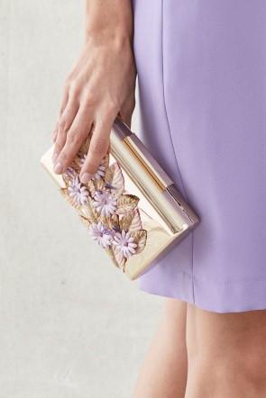 c55ebd63a58f clutch de fiesta de laton dorado con flores lilas y hojas doradas de  terciopelo para invitadas