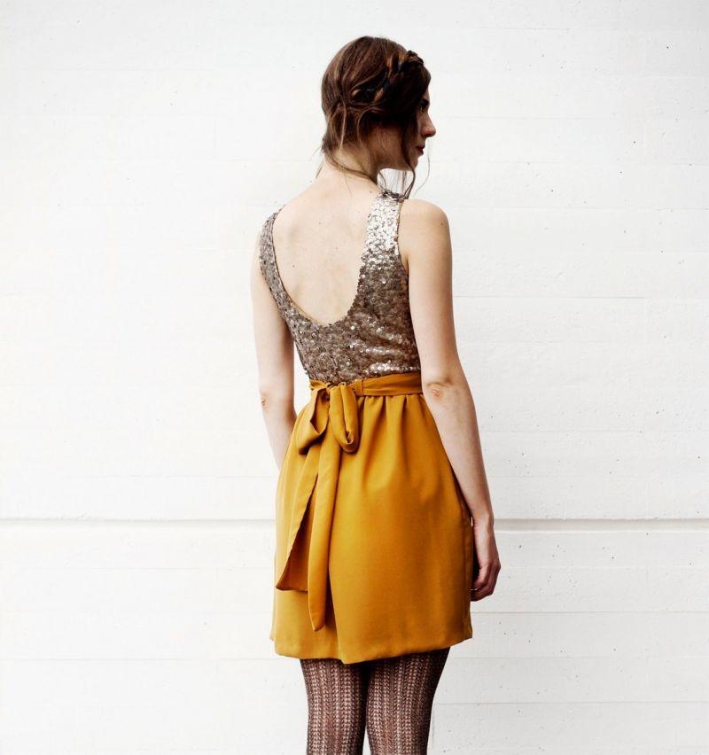 b27105a48 ... para fiesta nochevieja online. vestido corto nochevieja con top de  lentejuelas doradas y falda de gasa escote en la esplada