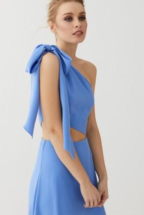 6452ea9e641fc Vestido de fiesta largo azul con abertura en abdomen y lazada para  invitadas boda