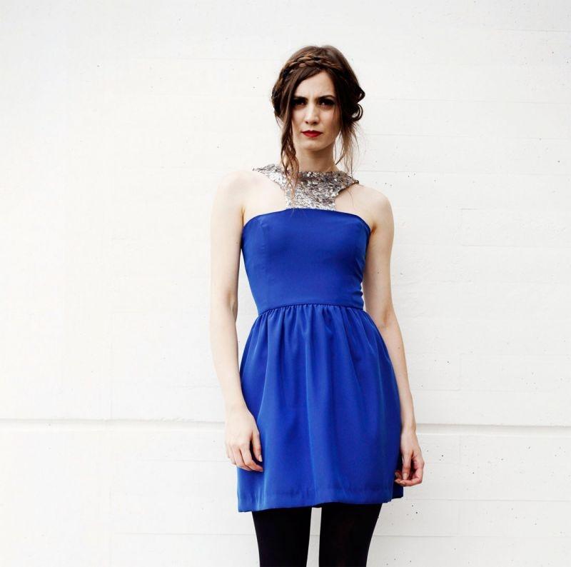 22adcd352 vestido corto fiesta azul klein con cuello hatler de lentejuelas doradas