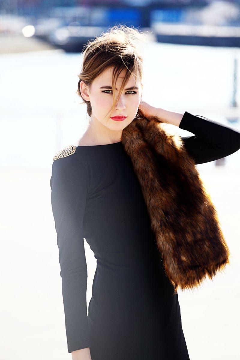 vestido corto de fiesta negro con escote en espalda con cadena