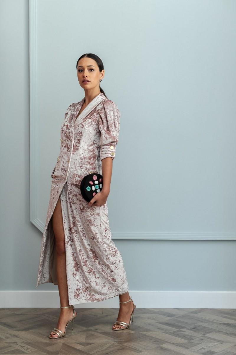 e80a34dbc precioso vestido de corte midi tipo esmoquin confeccionado en terciopelo de  color rosa para invitadas apparentia