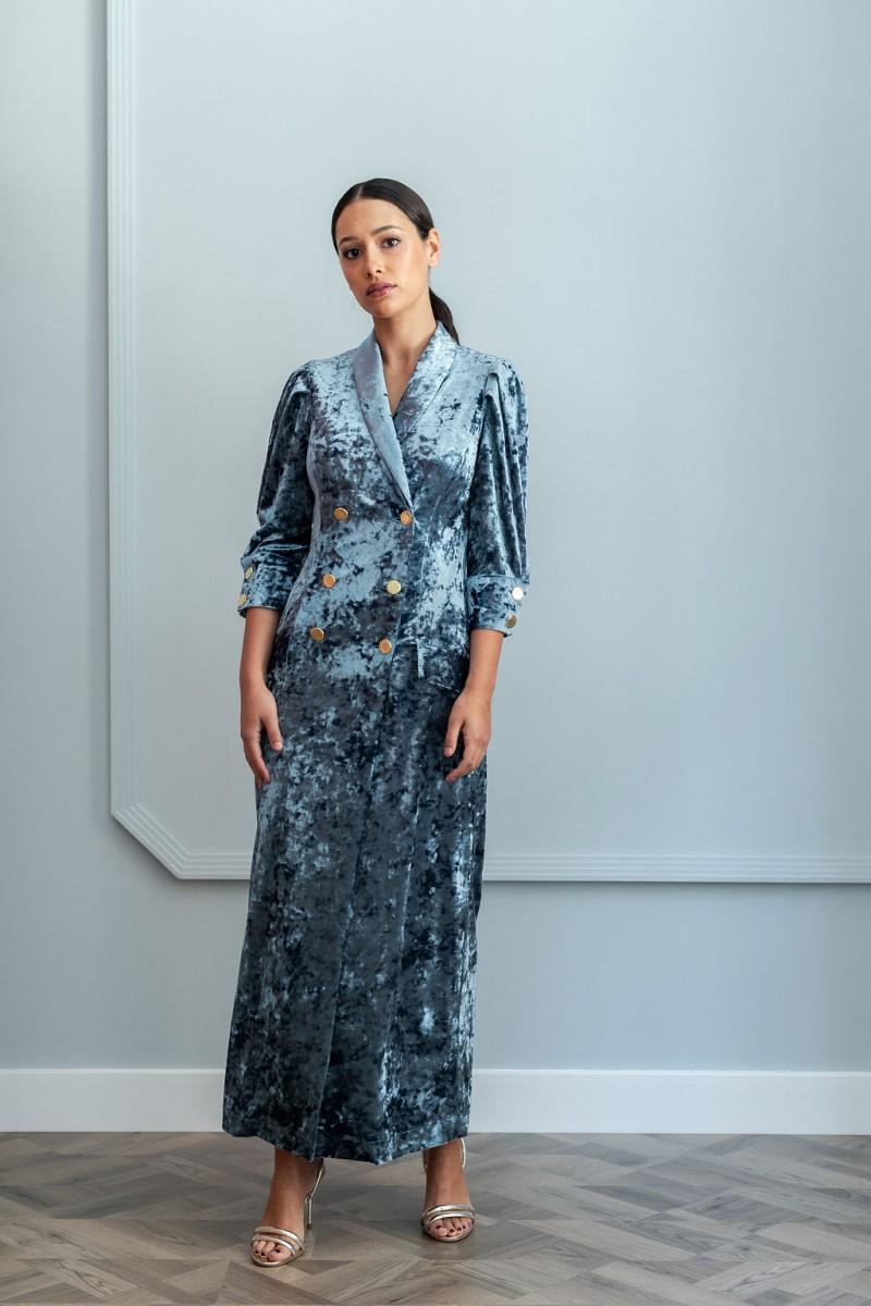 74fb9a634 precioso vestido de corte midi tipo esmoquin confeccionado en terciopelo de  color azul para invitadas apparentia