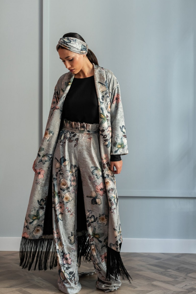 aa54cf3e5 comprar online vestido kimono terciopelo gris estampado largo con flecos  negros invitadas bodas eventos apparentia