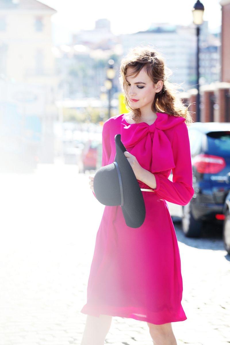 vestido corto de fiesta rosa fucsia con lazo en hombro y escote