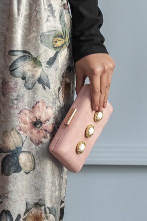 5204c0f89 precioso bolso de fiesta rectangular de ante color rosa con aplicaciones de  piedras para eventos fiestas