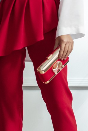 5ced55949 comprar online bolso rectangular de laton con tira de terciopelo roja y  joya elefante rojo para