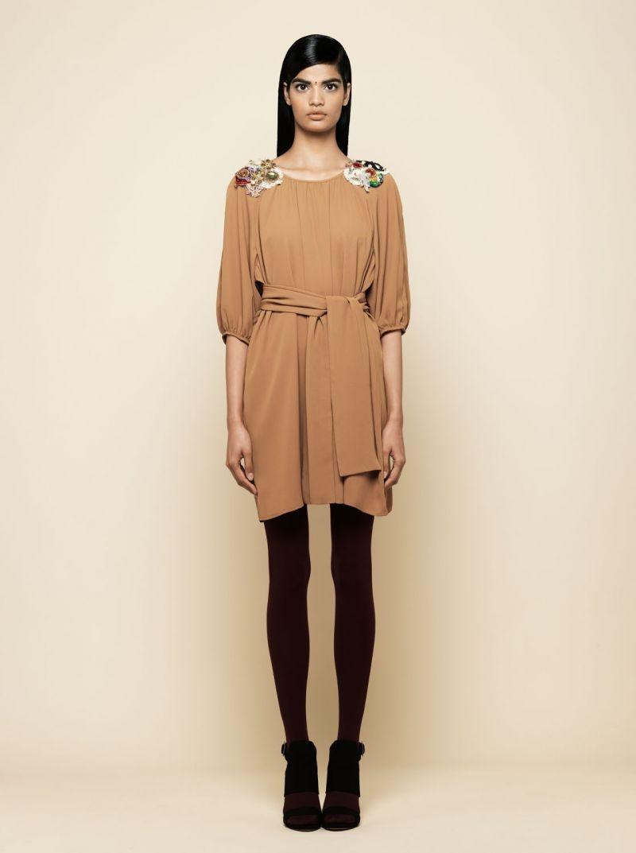 d8075a467 vestido de fiesta camel con aplicaciones abalorios en hombros monica cordera