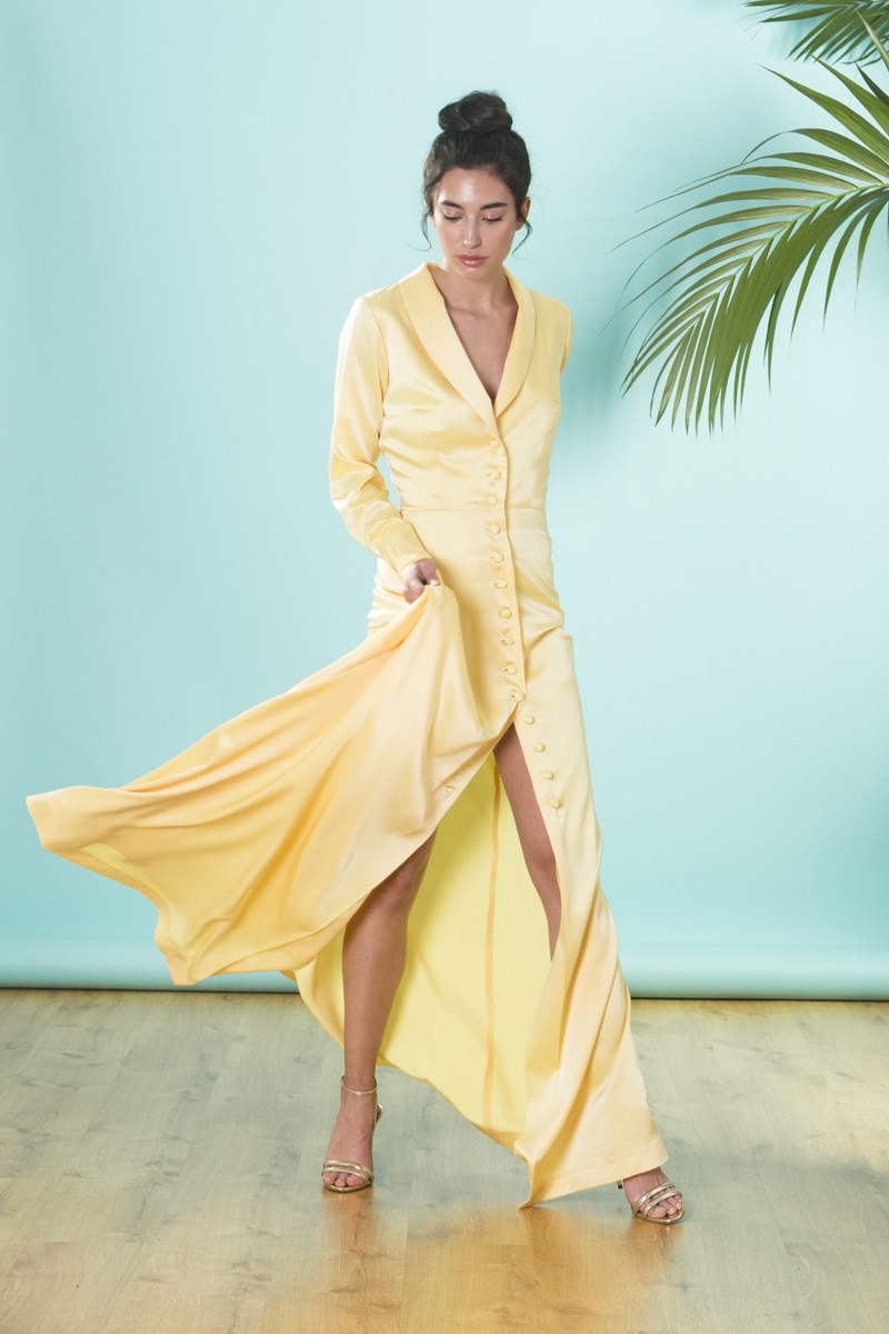 276c2de82 vestido de fiesta largo camisero con cuello esmoquin en saten amarillo con  botones forrados para invitadas