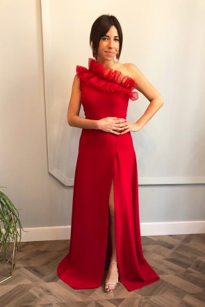 41532c105d comprar online Vestido largo para boda asimetrico en color rojo con volante  plumetti y falda con
