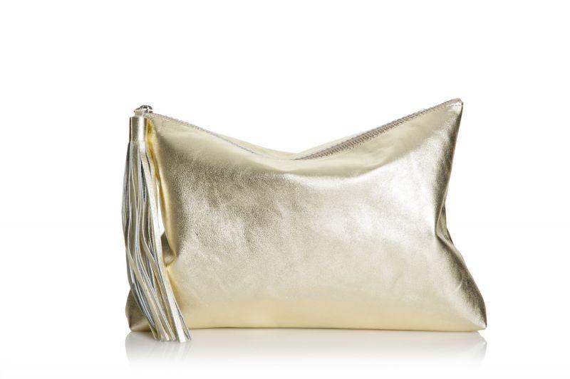 7faae144d Bolso de mano clutch de piel con borla de Lacambra color oro