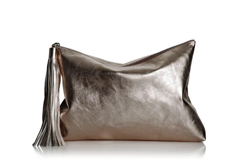 cdfc118c2 Bolso de mano clutch de piel con borla de Lacambra color bronce