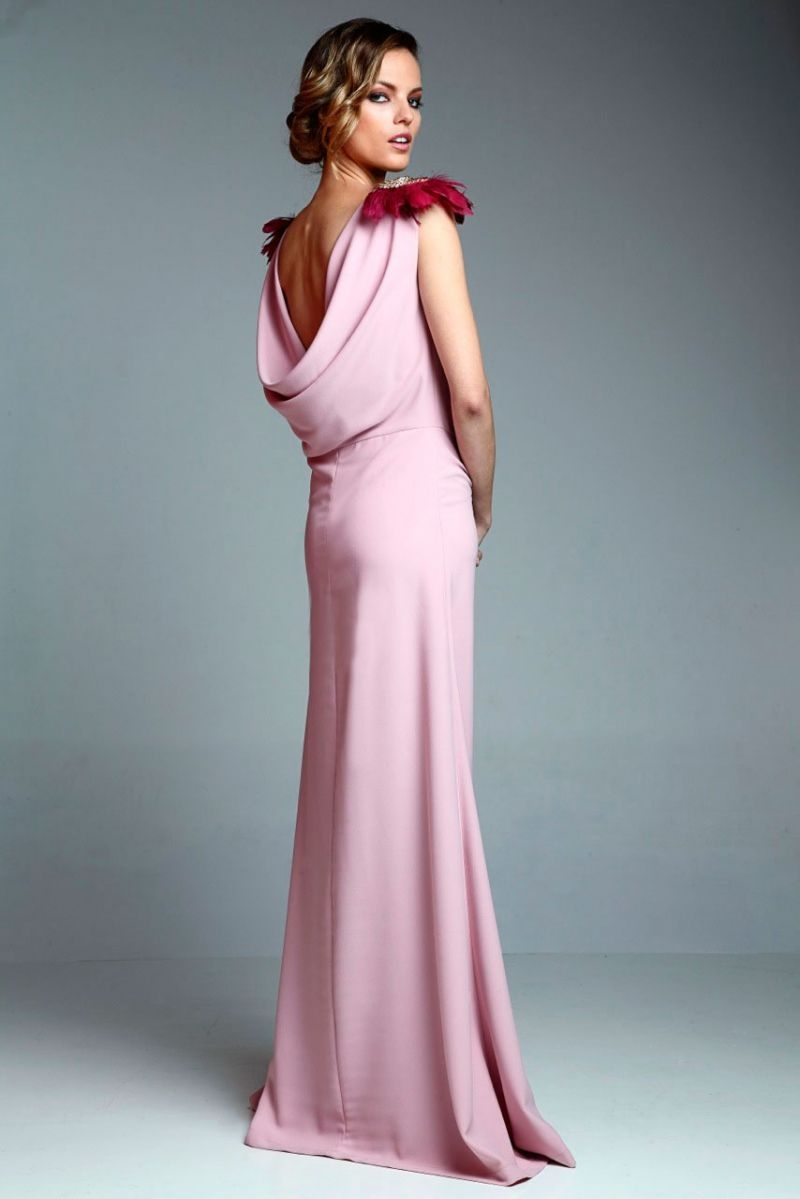 Long dress drapeado rosa palo with gilded homewear and feather from