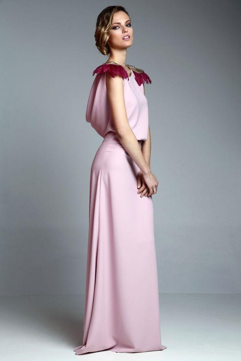 vestido largo drapeado rosa palo con hombrreras doradas y plumas de