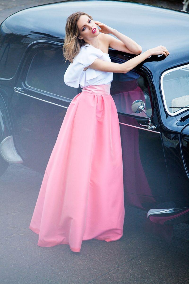 Conjunto falda larga volumen saten rosa y top asimetrico con