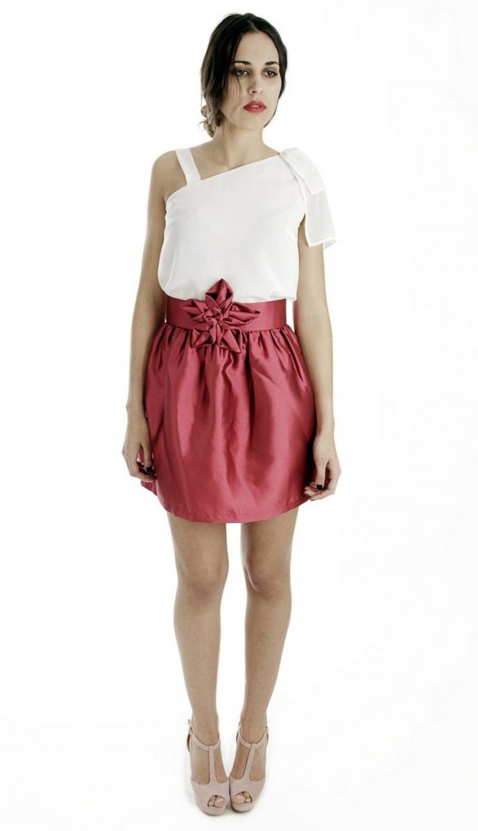 761ec05cf0 Conjunto de fiesta de falda corta roja y top asimetrico para invitada boda