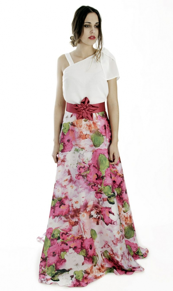 df30e5cd1 conjunto de fiesta con top asimetrico blanco y falda larga con estampado de  flores para boda