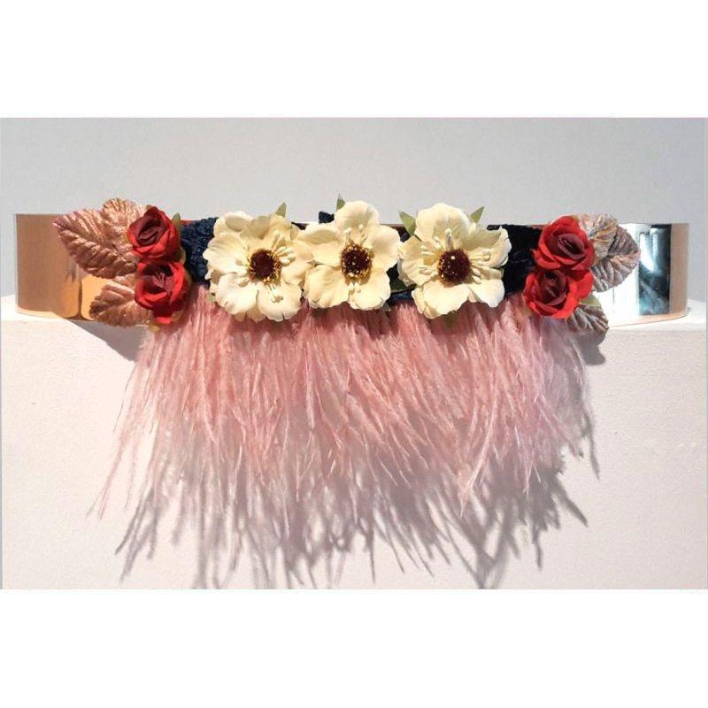 cinturon flores y pluma de malabu en tonos blanco rojo y nude de apparentia  collection online 95d6afa4b825
