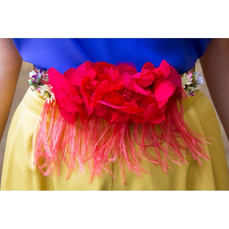 Cinturon de flores rojas con plumas y base dorada para invitada boda fiesta  de apparentia a79bcf8a0d8f