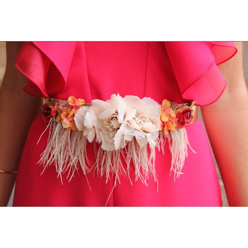 cinturon de flores blanco roto y plumas nude para invitadas de boda fiesta  evento de apparentia 3140e396cf05