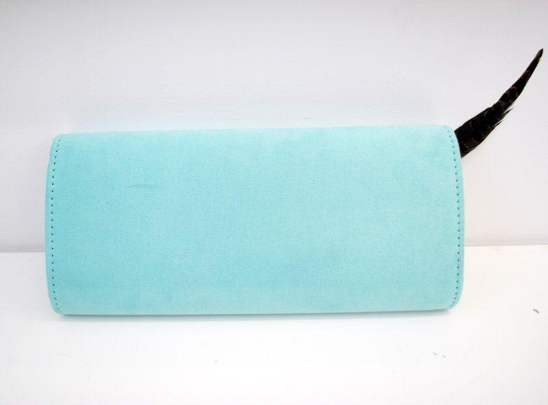 de4b19fd9 cartera de mano para fiestas en color azul pastel con adorno rosa de flores  y pluma