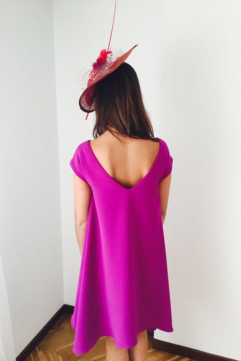 vestido de vuelo de fiesta morado con escote en la espalda
