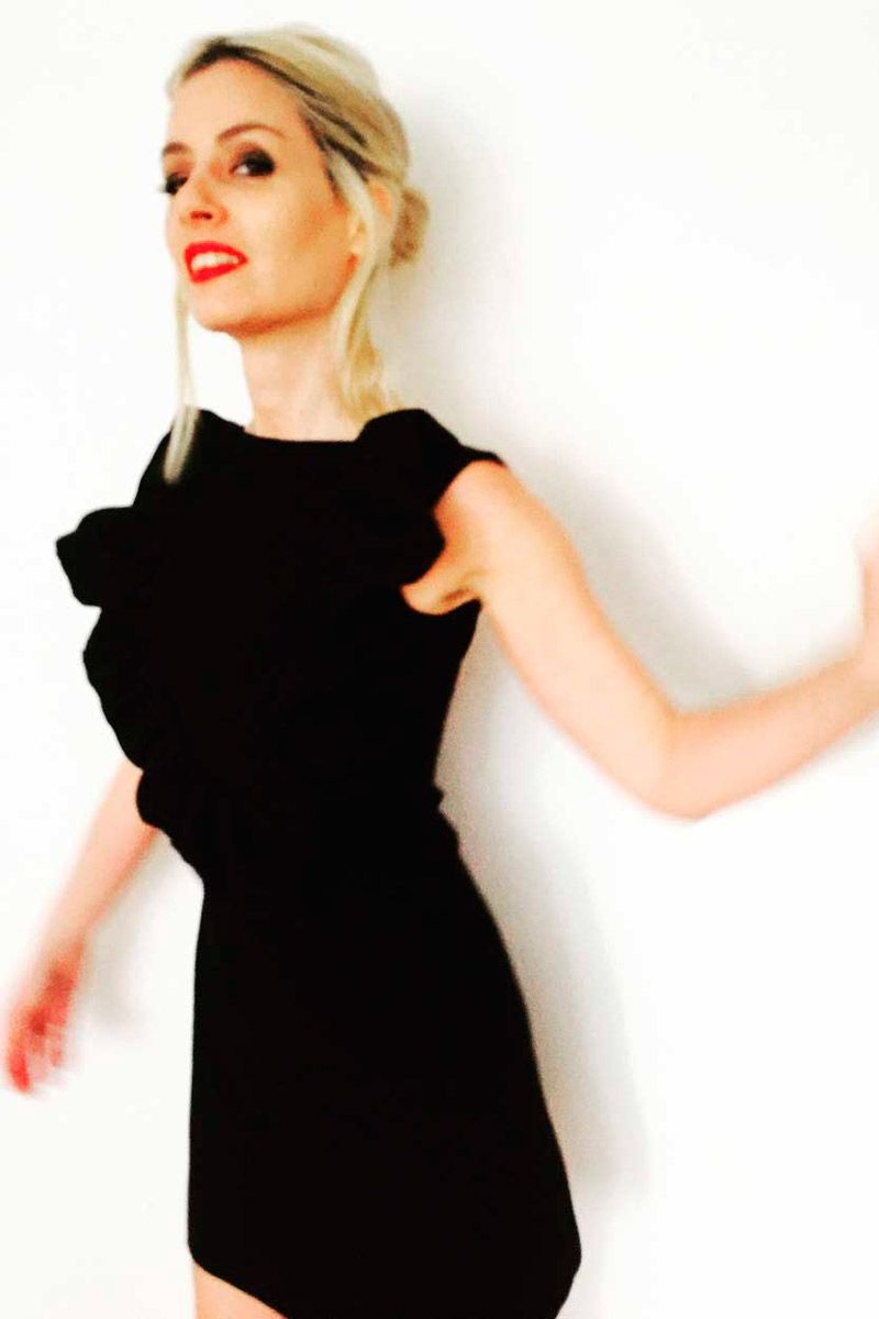 Vestido negro volantes corto