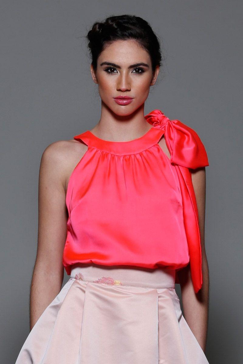 Top de fiesta rosa fluor con cuello halter y lazo