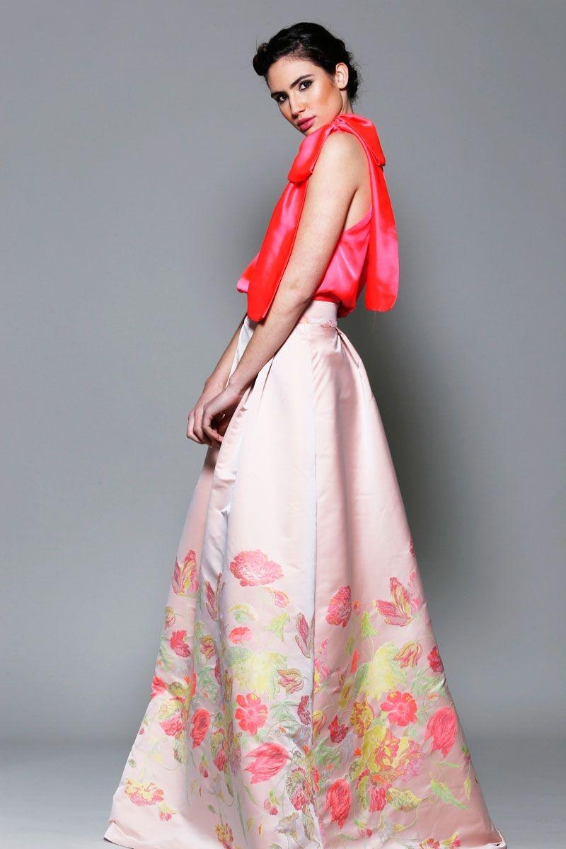 Hoy quiero enseñaros esta preciosa falda larga tipo pareo con estampado étnico. El año pasado ya os enseñaba una falda de este estilo en este post. Me parecen muy originales y favorecedoras. La que os enseño hoy es muy vaporosa y tiene un estampado muy bonito y veraniego.