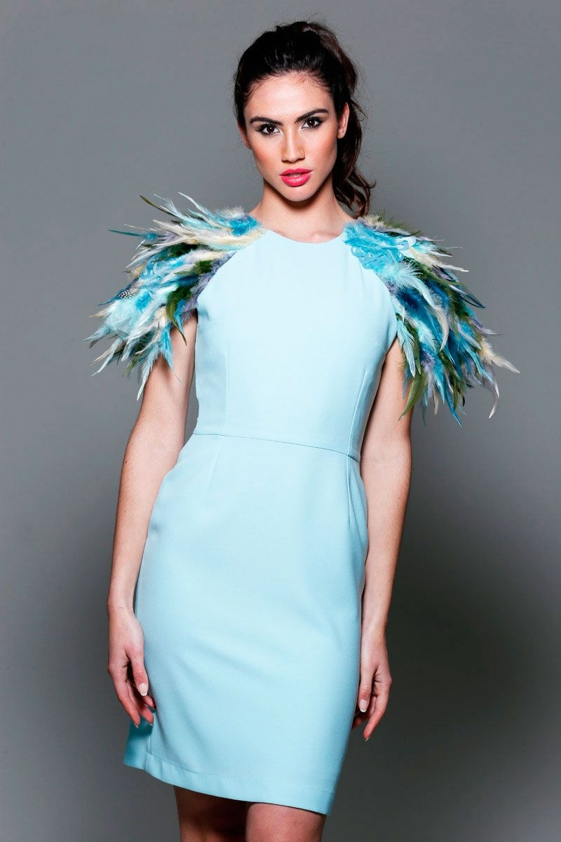 e27adf536 Vestido de fiesta corto con plumas en hombros y escote espalda para