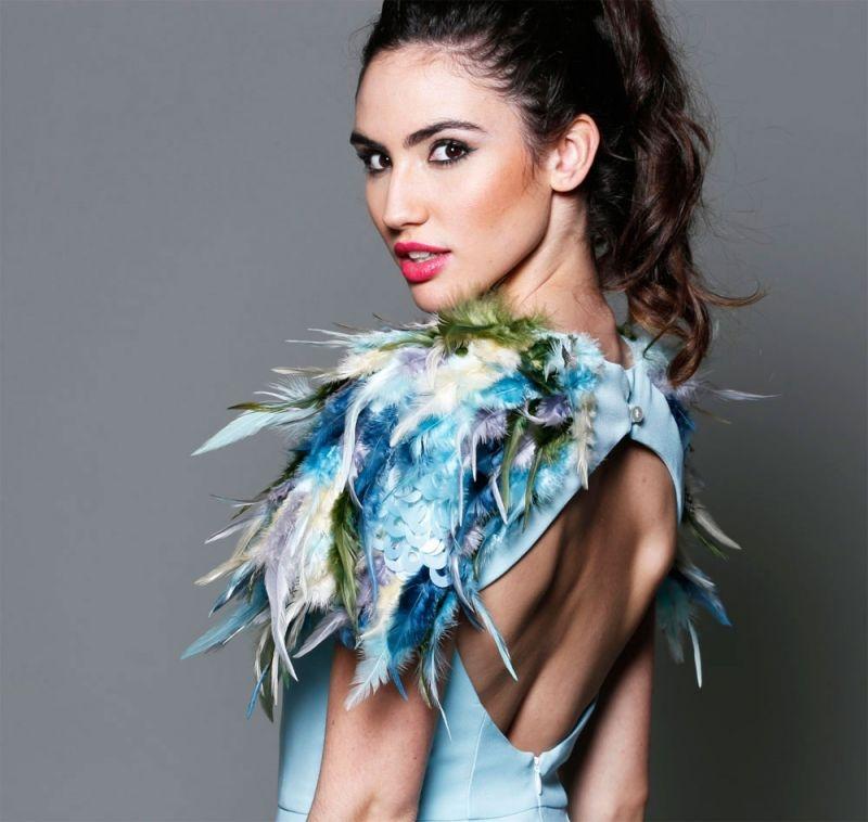 7e25f0d2f vestido corto de fiesta azul cielo con hombreras de plumas y escote espalda  para invitada boda