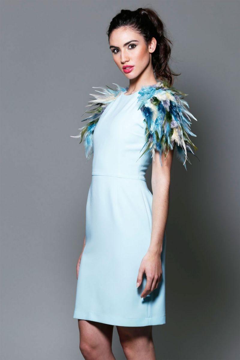 f8a28e811 vestido-azul-claro-para-boda-evento-fiesta-coctel-. vestido corto de fiesta  azul cielo con hombreras de plumas y escote espalda para invitada boda