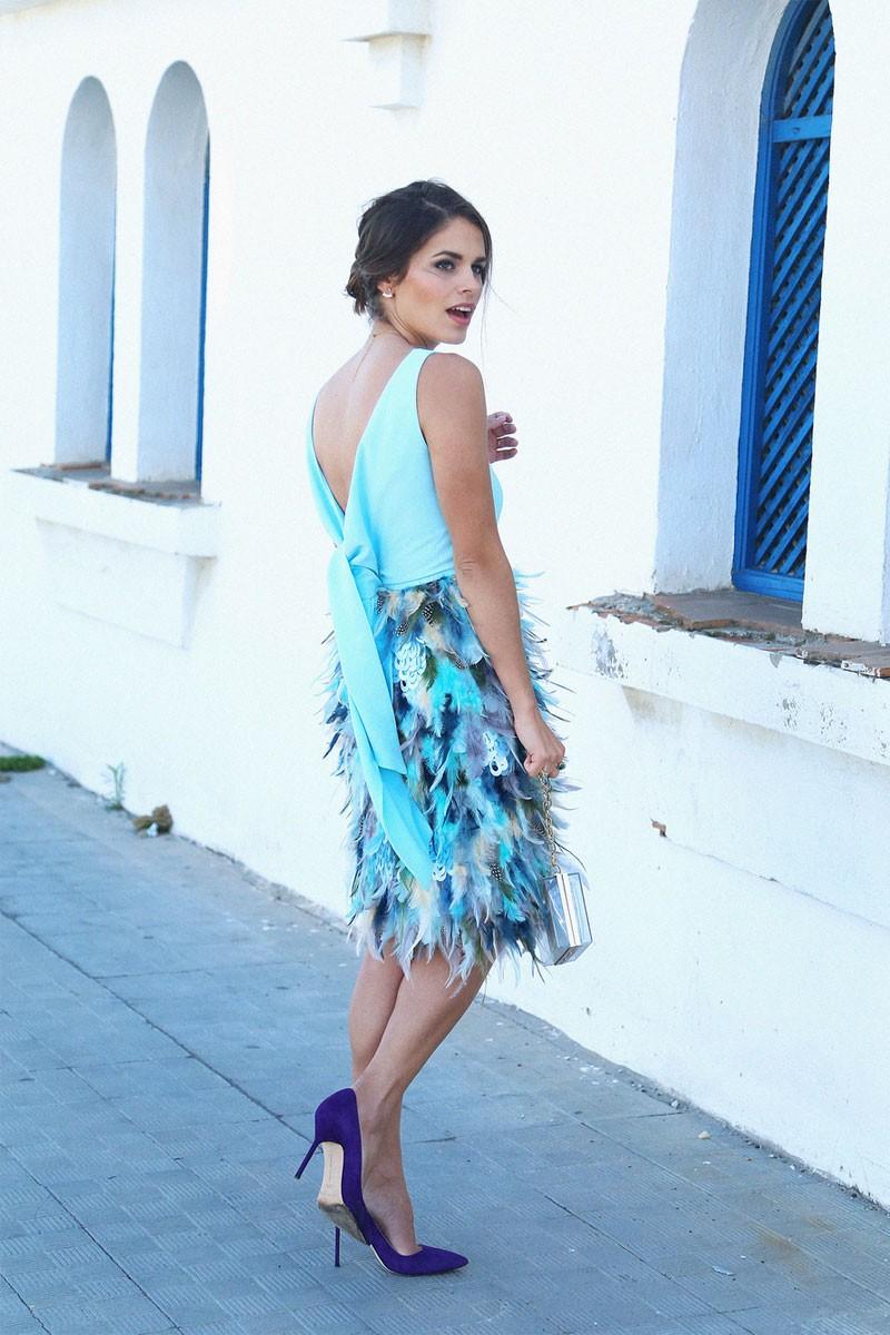 Vestido corto de invitada azul con falda de plumas y lazada en